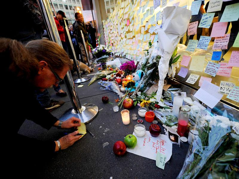 Fans leave condolence notes in memory of Steve Jobs at the Apple store in San Francisco, California.