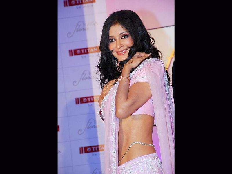 Nandana Sen looks absolutely desirable as she shows off her shapely midriff.