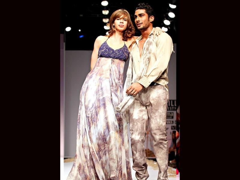 Kalki Koechlin walks the ramp in silver gown while Prateik flaunts his body in an unbuttoned shirt.
