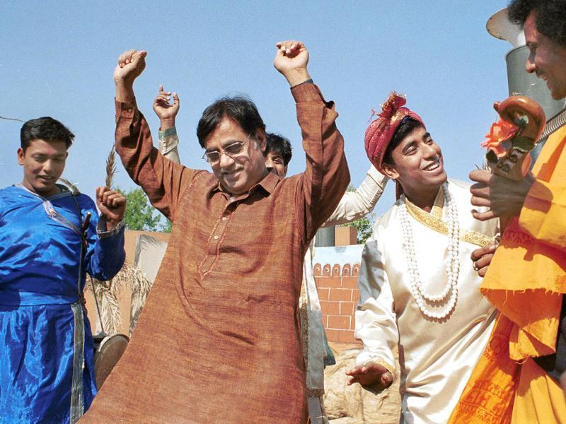 A rare treat for his fans! Jagjit Singh shaking a leg with a traditional music group.