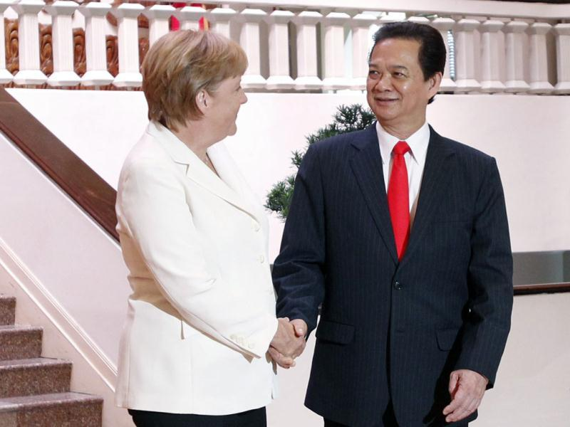 Germany's chancellor Angela Merkel (L) and Vietnam's Prime Minister Nguyen Tan Dung pose for a photo at the Government Office in Hanoi.