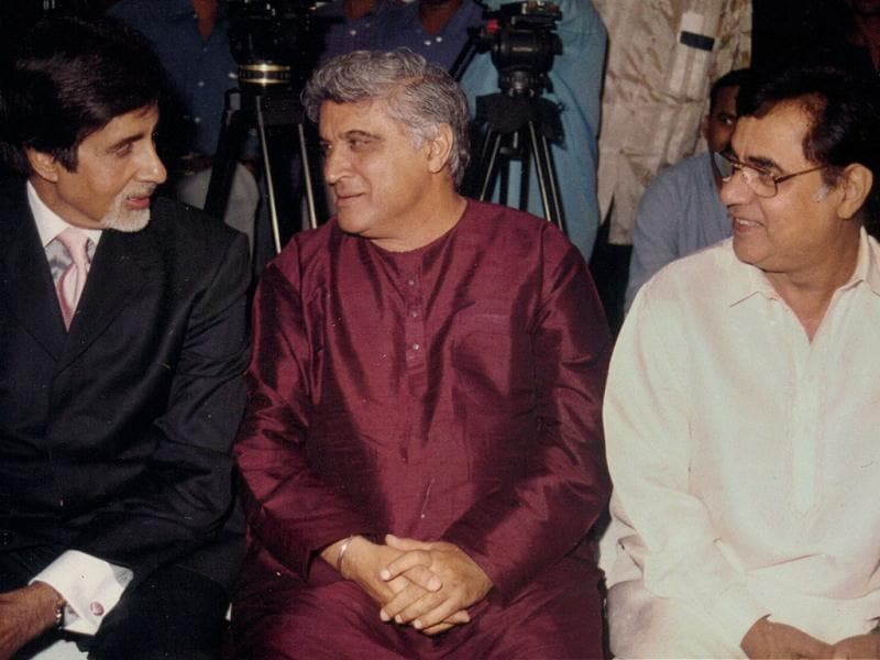 (L-R) Amitabh Bachchan, Javed Akhtar and Jagjit Singh seem engrossed in a conversation.