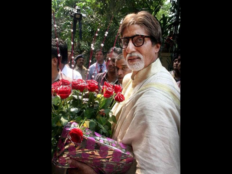 Mr. Bachchan accepts bouquets from well-wishers.