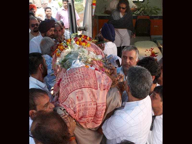 Jagjit Singh's body is carried by friends and relatives.