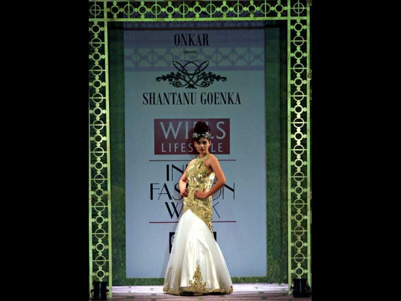 Kangna flaunts her model attitude at the WLIFW 2011.