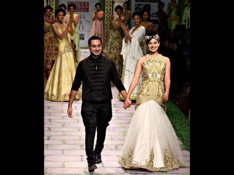 Kangna and Shantanu Goenka take the final bow.