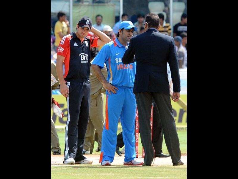Mahendra Singh Dhoni (C) speaks to the commentator Ravi Shasthri (R) as England captain Alaister Cook (L) looks on during the first One Day International cricket match between India and England at Rajiv Gandhi International Stadium in Hyderabad.