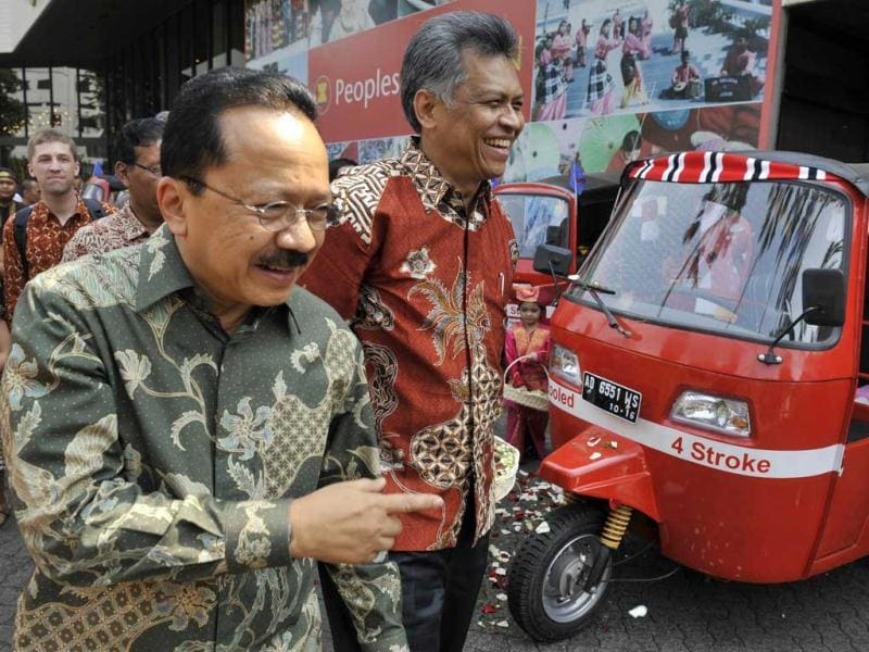 Association of Southeast Asian Nations (ASEAN) Secretary General Surin Pitsuwan (R) accompanied by Jakarta City Governor Fauzi Bowo (L) inspects the 28 petrol fueled auto-rickshaws that will be used in the 3,000-kilometre ASEAN Rickshaw Run at the place where the journey starts in Jakarta.