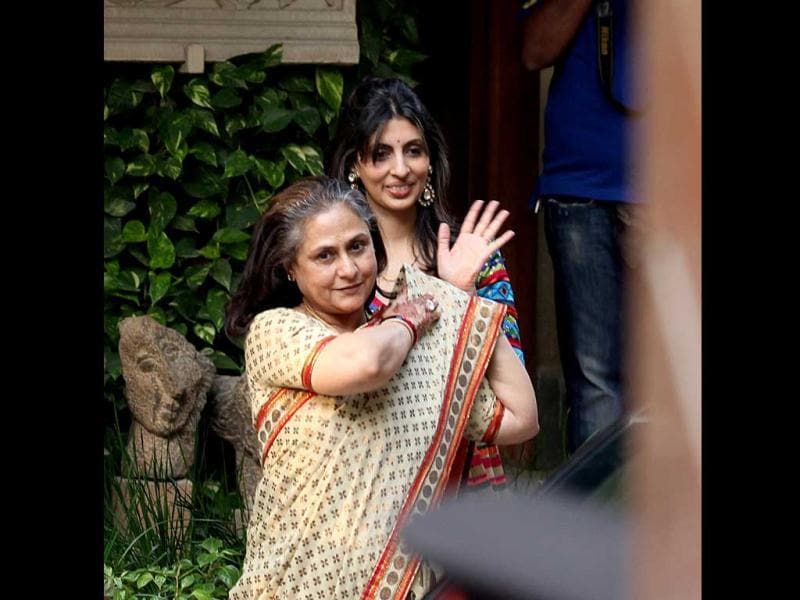 Actor Jaya Bachchan with her daughter Shweta seeing off the guests after the ceremony. (HT photo/Vijayanand Gupta)