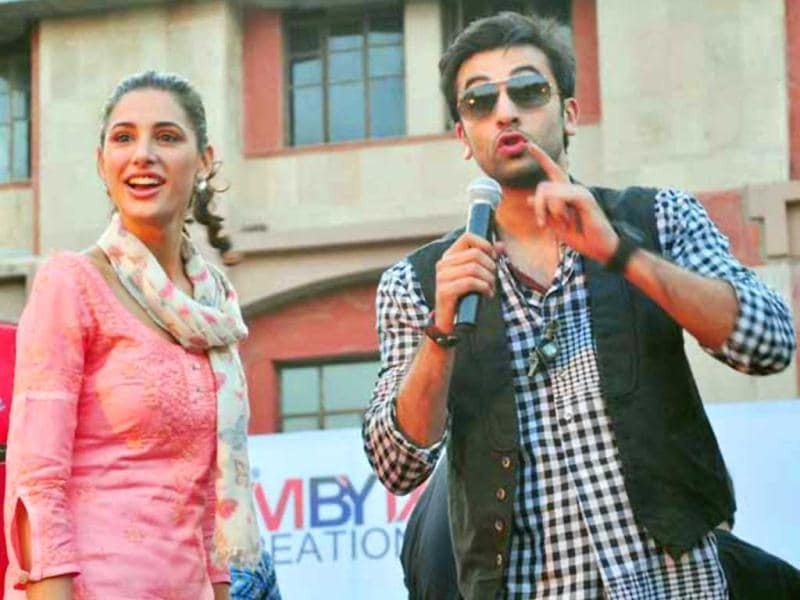 Ranbir Kapoor with co-star Nargis Fakhri rocked Jaipur when they performed live on Rockstar's songs and jived with fans. Experience here, this palpably fun promo event.Pretty Rockstar: Nargis Fakhri tuns 32