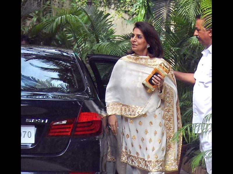 Neetu Kapoor arrives to bless Ash.