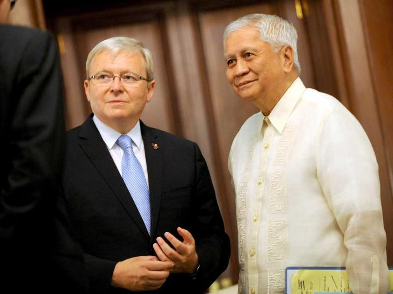 Australian foreign minister Kevin Rudd (C) stands with Philippine foreign minister Albert Del Rosario (R) during a courtesy call at the Malacanang Palace in Manila. (AFP)