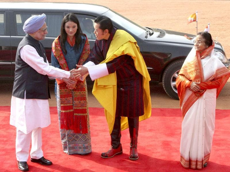Bhutan's King Jigme Khesar Namgyel Wangchuck (2nd R) and Prime Minister Manmohan Singh (L) shake hands as President Pratibha Patil and Bhutan's Queen Jetsun Pema (2nd L) watch during Wangchuck's ceremonial reception at the Rashtrapati Bhavan in New Delhi. (Reuters)