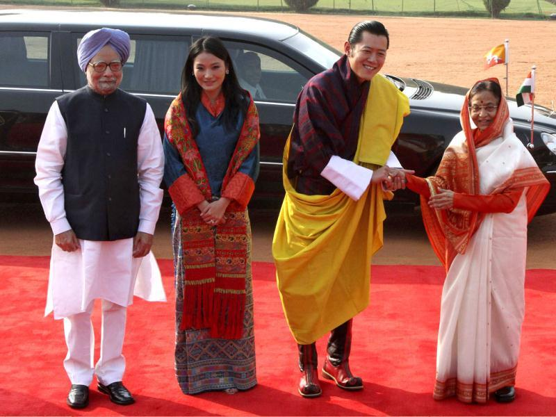 Bhutan's King Jigme Khesar Namgyel Wangchuck and President Pratibha Patil (R) shake hands as Prime Minister Manmohan Singh (L) and Bhutan's Queen Jetsun Pema watch during Wangchuck's ceremonial reception at the Rashtrapati Bhavan in New Delhi. (Reuters)
