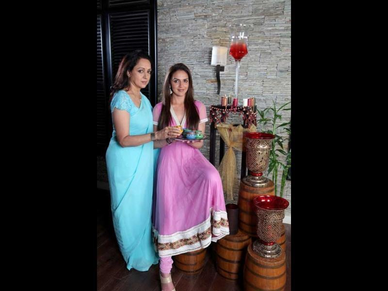 While Esha is dressed in a pink salwar suit, Hema Malini looks serene in a blue saree. (HT Photo/Manoj Verma)