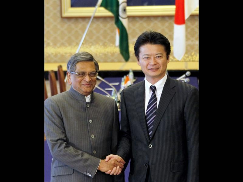 Indian foreign minister SM Krishna, shakes hands with Japan's foreign minister Koichiro Gemba prior to their meeting in Tokyo, Saturday.