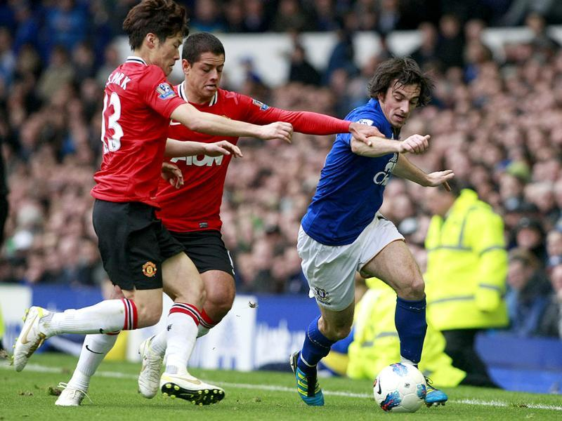 Manchester United's Ji-Sung Park (L) and Javier Hernandez vie for the ball against Everton's Leighton Baines during their English Premier League soccer match at Goodison Park, Liverpool. (AP)