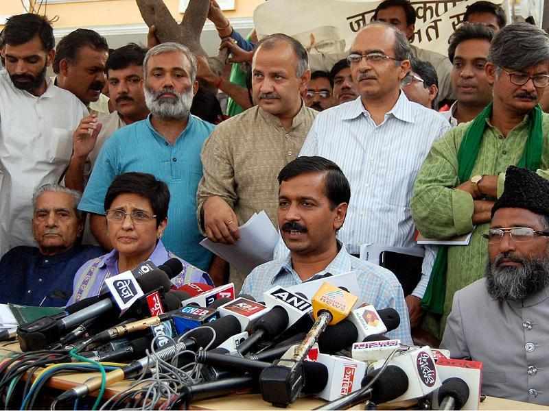 Arvind Kejriwal and other members of Team Anna address a press conference in Kaushambi, Ghaziabad. (HT Photo by Sonu Mehta)