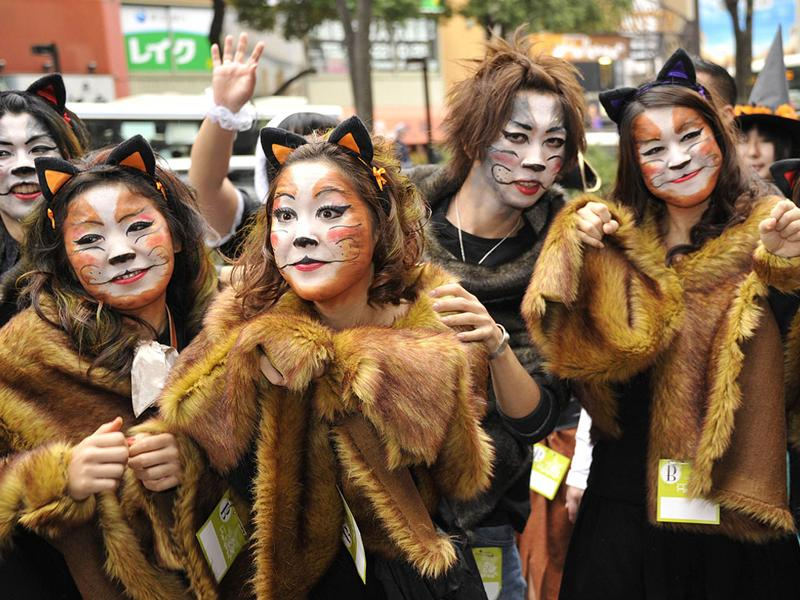 People wearing Halloween costumes march on the street during the 15th Halloween Parade in Kawasaki, suburban Tokyo. Some 3,000 dressed up participants join the annual fancy parade. (AFP Photo)
