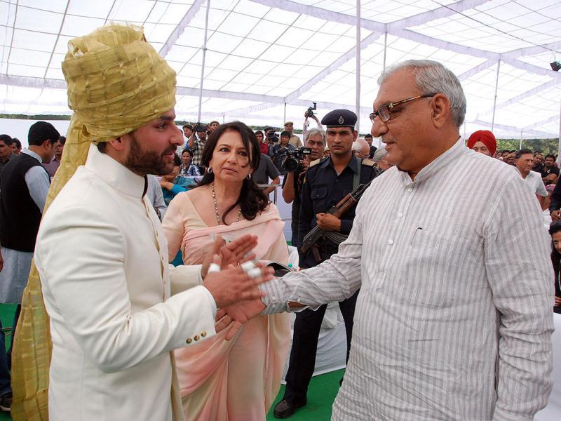 Saif shaking hands with Bhupinder Singh Hooda, who also graced the event.