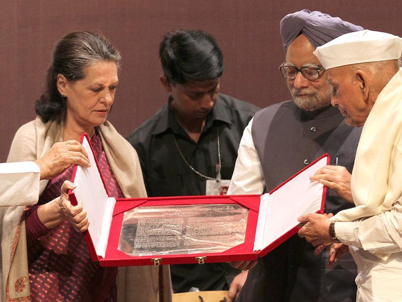 Prime Minister Manmohan Singh with Sonia Gandhi presenting Indira Gandhi Award for National Integration to Mohan Dharia at Teen Murti House in New Delhi on Monday. (HT Photo by Arvind Yadav)