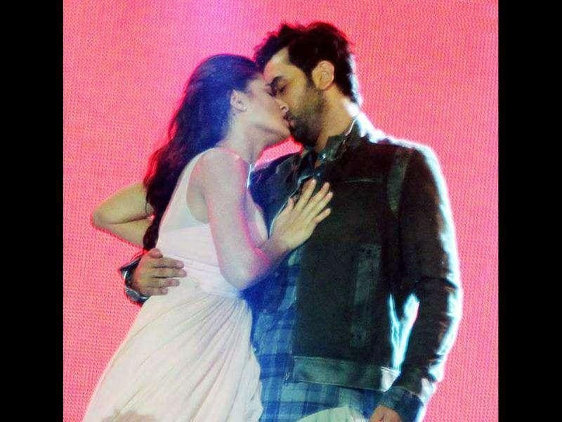 Ranbir Kapoor and Nargis Fakhri set the stage on fire with their romantic dance sequence and a passionate kiss at Rockstar's live concert.