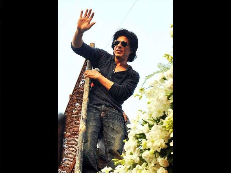 SRK made a proper public appearance and even addressed his fans on October 26.