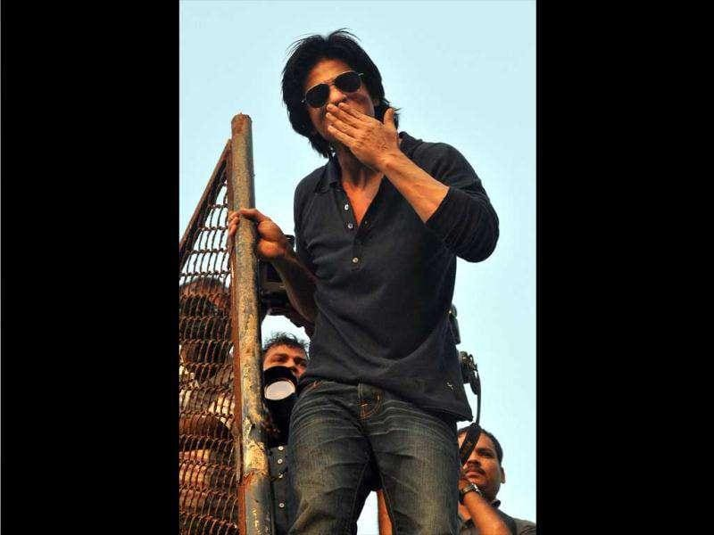 Shah Rukh climbed the terrace of his house and waved to his fans from behind the grill.