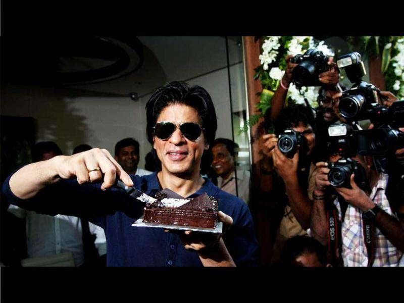 SRK cuts a chocolate cake on his birthday.