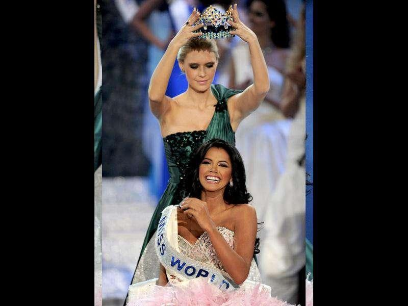 Miss Venezula Ivian Lunasol Sarcos Colmenares is crowned Miss World 2011 by the former title holder Alexandria Mills of United States. (AFP)