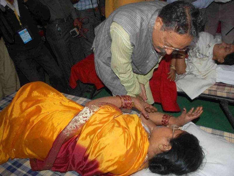 Uttarakhand chief minister BC Khanduri visiting victims of the stampede at a hospital in Haridwar.