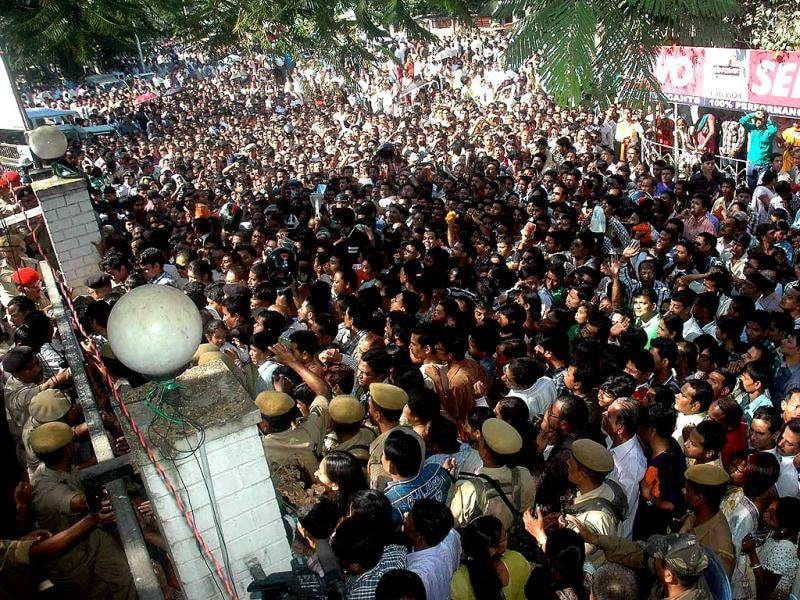Thousands of fans gather to pay their respect to Bhupen Hazarika as the body of the music maestro arrives from Mumbai.