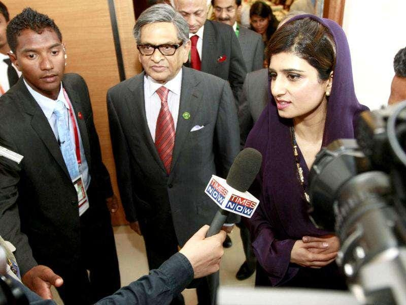 Pakistan's Foreign Minister Hina Rabbani Khar (R) talks with her Indian counterpart Somanahalli Mallaiah Krishna during the Saarc countries foreign ministers meeting in Addu.