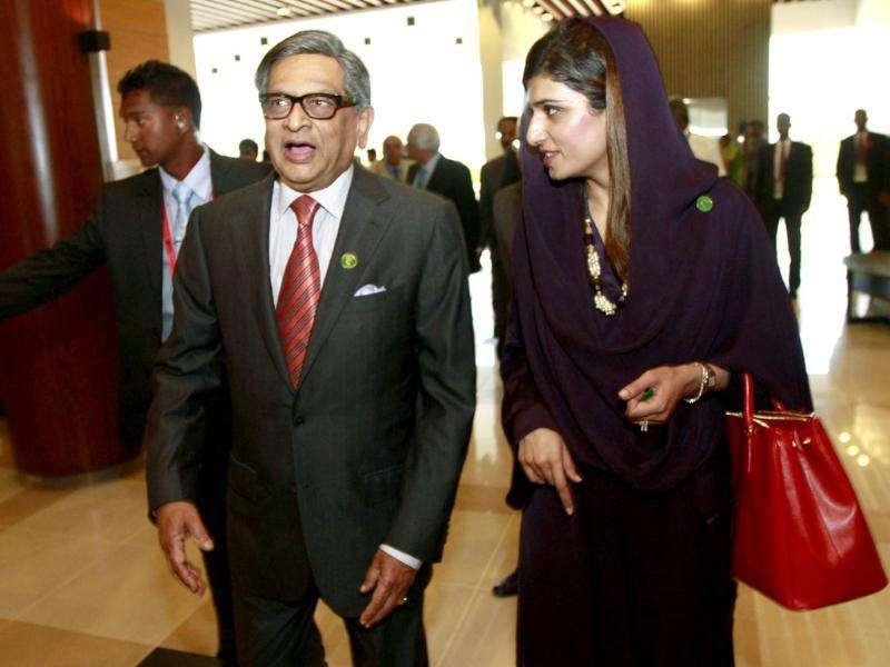 Pakistan's Foreign Minister Hina Rabbani Khar (R) leaves for tea break with her Indian counterpart Somanahalli Mallaiah Krishna.