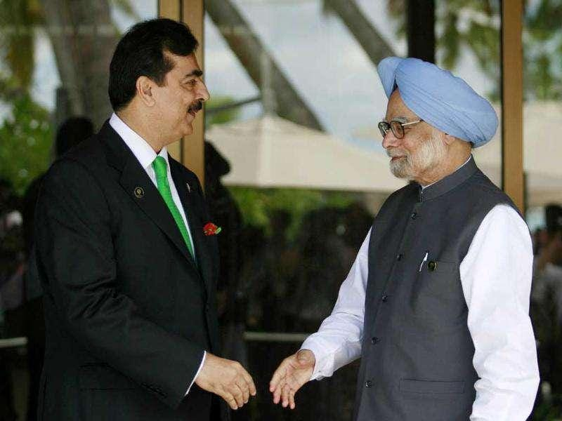 Pakistan's Prime Minister Yousuf Raza Gilani (L) and his Indian counterpart Manmohan Singh prepare to shake hands before the 17th South Asian Association for Regional Cooperation (SAARC) summit, at the Shangri-La in Addu.