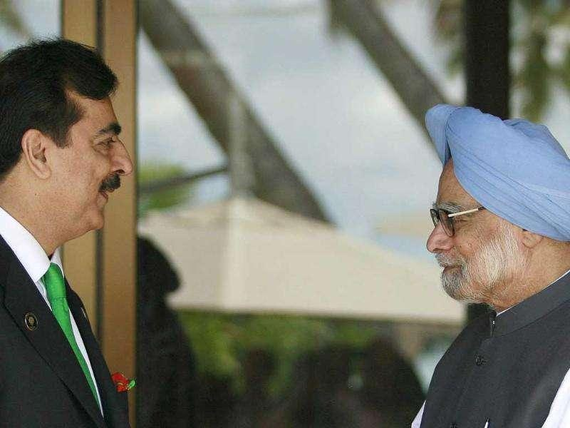 Pakistan's Prime Minister Yousuf Raza Gilani (L) shakes hands with his Indian counterpart Manmohan Singh before the 17th South Asia Association for Regional Cooperation (SAARC) summit, at the Shangri-Las in Addu.