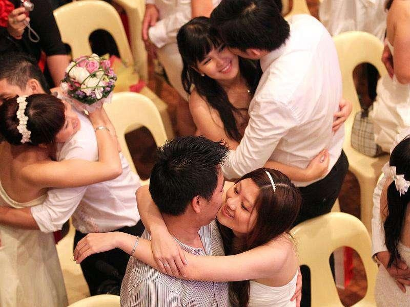 Newlywed couples share a kiss during a mass wedding ceremony at the Thean Hou temple in Kuala Lumpur on 11.11.11. (Photo: AFP)