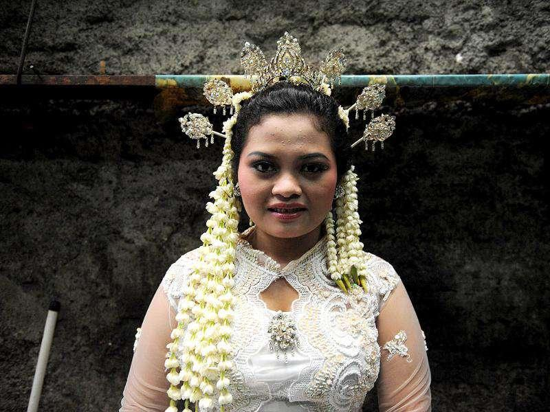 Indonesian bride Anita Sari, 19, waits for her wedding ceremony which was held at 11 o'clock in Jakarta on 11.11.11. (Photo: AFP)