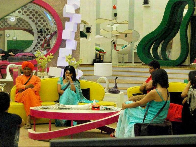 Swami Agnivesh in Bigg Boss House - This part is called sharing space with 'Rajkumari' Shraddha.