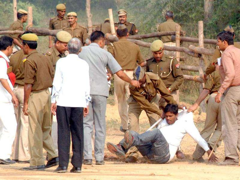 A group of student leaders who waved black flags at Rahul Gandhi at the helipad being beaten by the police, SPG and Congress leaders. HT