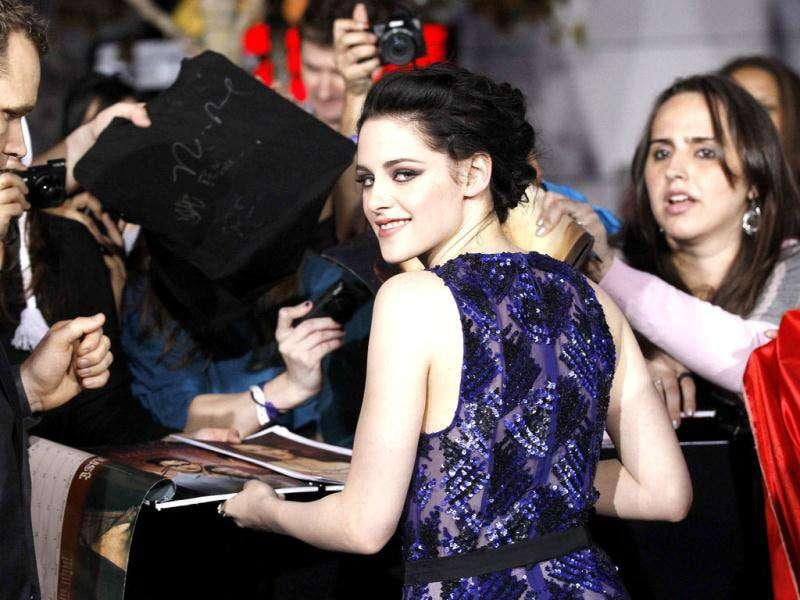 Kristen Stewart signs autographs at the premiere of The Twilight Saga: Breaking Dawn - Part 1. (Reuters/Mario Anzuoni)