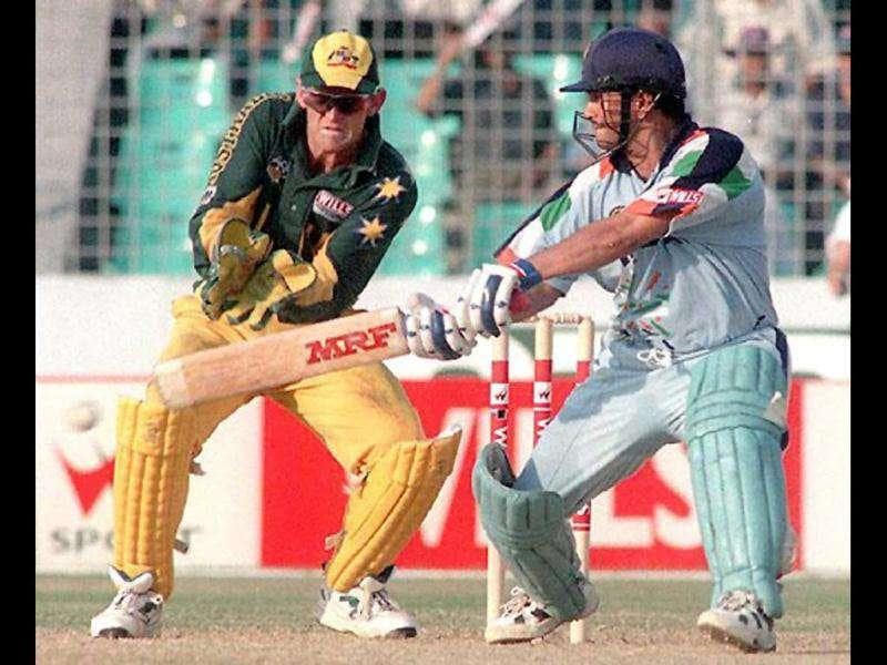 Australian wicket-keeper Adam Gilchrist (L) watches as Sachin Tendulkar cuts during his innings of 141 off 127 balls in the mini World Cup quarter-final at Dhaka's National stadium Oct 28, 1998. AFP PHOTO