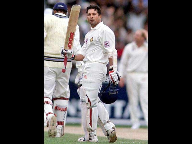Sachin Tendulkar acknowledges the applause after scoring a century on the third day of the second Test Match at the Melbourne Cricket Ground 28 December 1999. AFP PHOTO