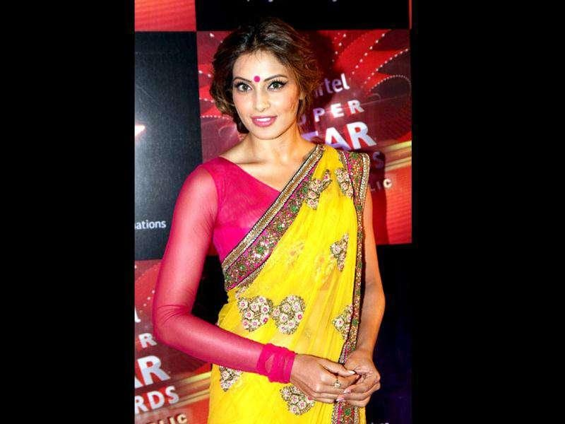 Bipasha looks absolutely fresh and Bong in a lemon yellow saree with a designer magenta blouse.