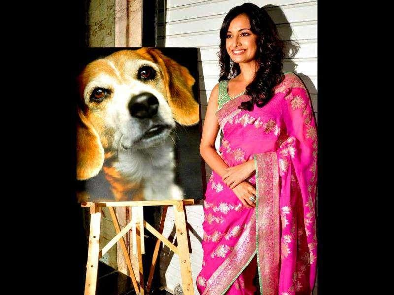 Dia Mirza pose with a painting of a dog at the event.