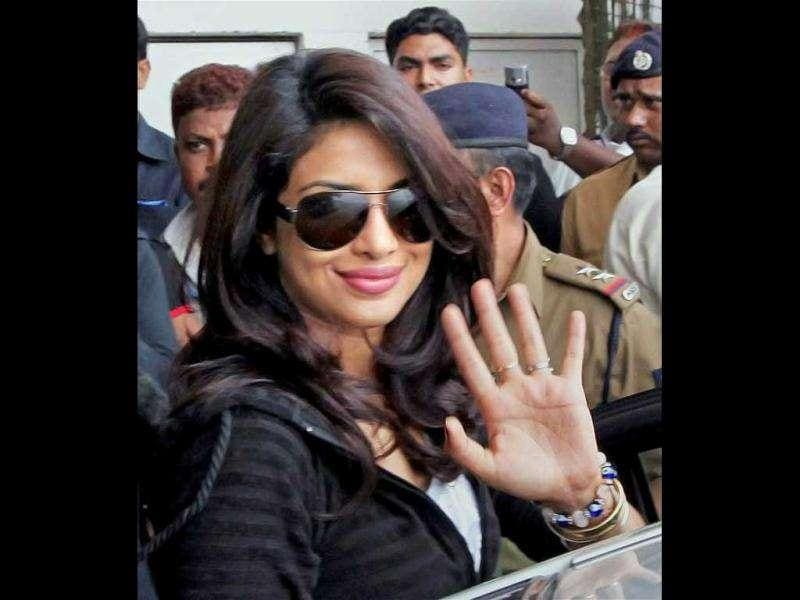Priyanka is seen waving. (Photo courtesy: Dessigaal, Pinkvilla)