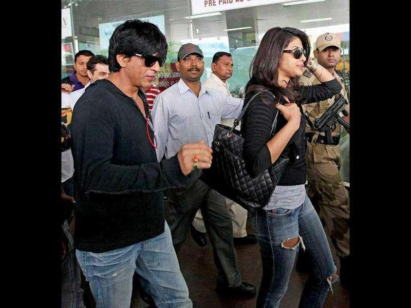 Shah Rukh and Priyanka at NSCBI Airport, Kolkata (Photo courtesy: Dessigaal, Pinkvilla)