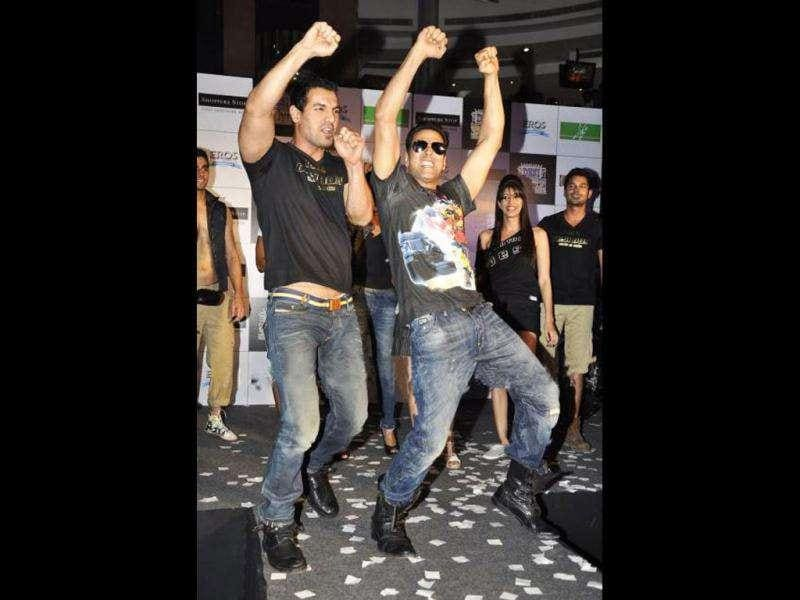 Akshay and John show how to dance like the Desi Boyz. (Photo courtesy: Fashionista, Pinkvilla)