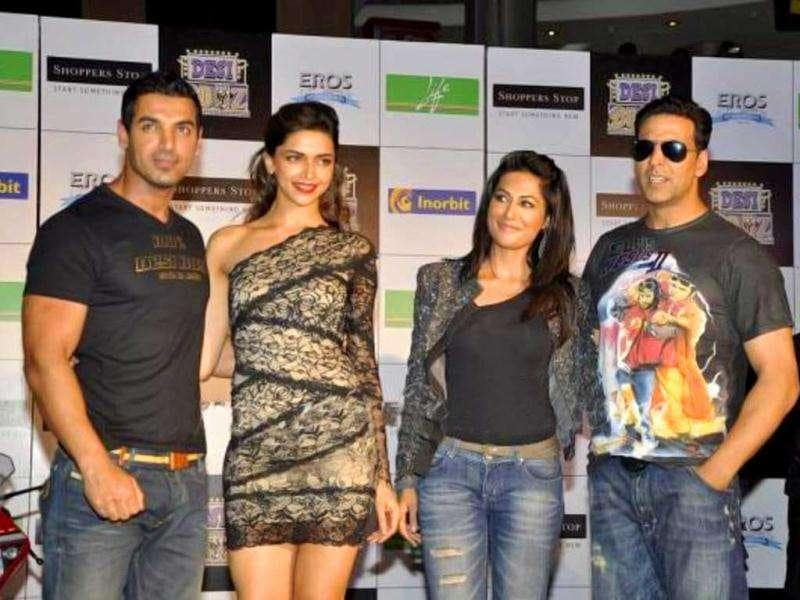 The 'Desi Boyz and Girlz' definitely seem to be painting the town red before the premiere of their upcoming film. Check out Akshay, John, Deepika and Chitrangada promoting Desi Boyz.