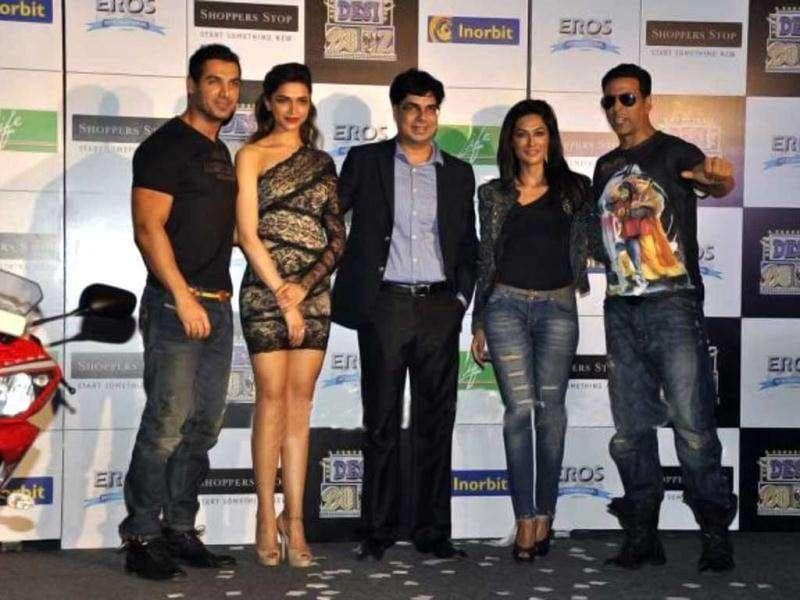 The cast of Desi Boyz was present at the event collaborated with Shoppers Stop. (Photo courtesy: Fashionista, Pinkvilla)